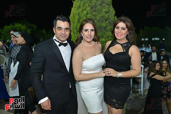 العروسان مع الأصدقاء