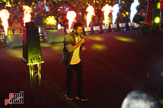 صور تامر حسنى يحيى حفلا فى جامعة بدر (21)