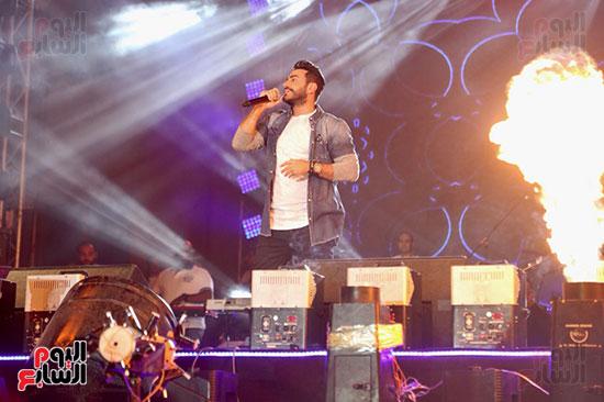 صور تامر حسنى يحيى حفلا فى جامعة بدر (20)