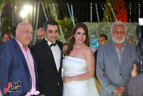 سامح الصريطى ومحمود عبد الكريم مع العروسين