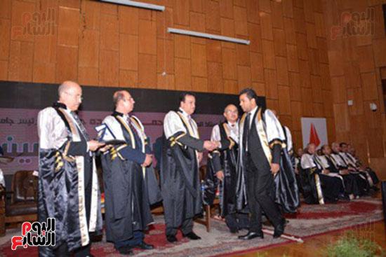 وزير التعليم العالى يكرم علماء جامعة أسيوط فى الاحتفال بعيد العلم (14)