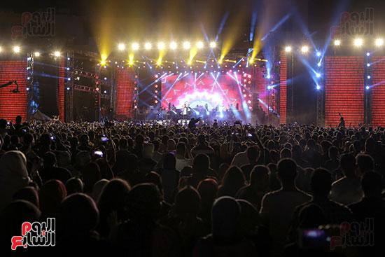 صور تامر حسنى يحيى حفلا فى جامعة بدر (30)