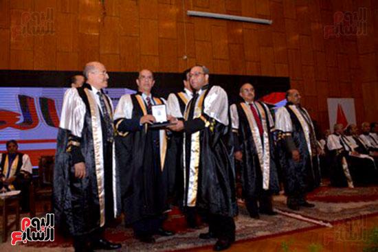 وزير التعليم العالى يكرم علماء جامعة أسيوط فى الاحتفال بعيد العلم (12)