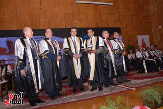 وزير التعليم العالى يكرم علماء جامعة أسيوط فى الاحتفال بعيد العلم (7)