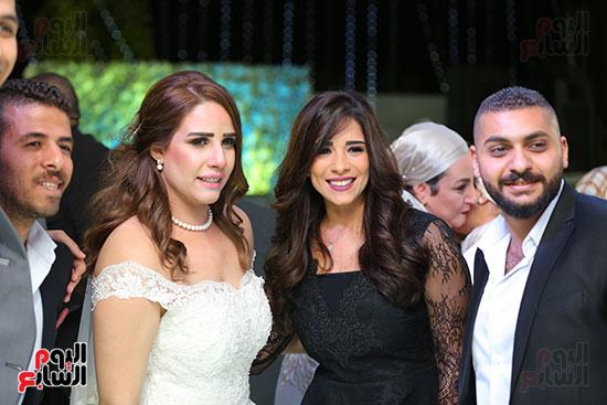 العروسة وجانب من المعازيم