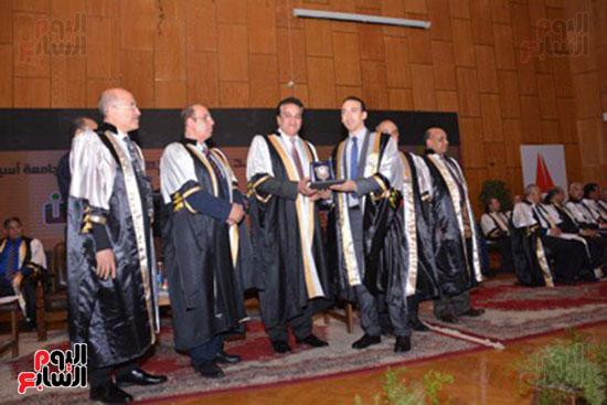 وزير التعليم العالى يكرم علماء جامعة أسيوط فى الاحتفال بعيد العلم (13)