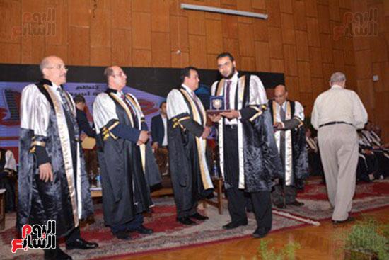 وزير التعليم العالى يكرم علماء جامعة أسيوط فى الاحتفال بعيد العلم (9)