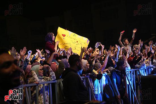 صور تامر حسنى يحيى حفلا فى جامعة بدر (16)