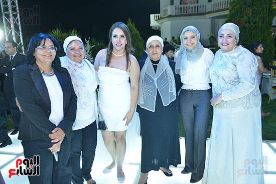 العروس مع الأهل والأصدقاء