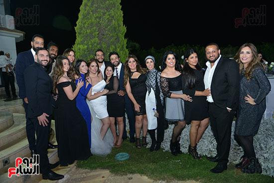 احتفال الأصدقاء بالعروسين