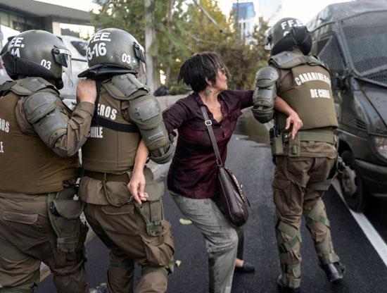 اعتقال إحدى المتظاهرات