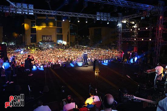صور تامر حسنى يحيى حفلا فى جامعة بدر (24)