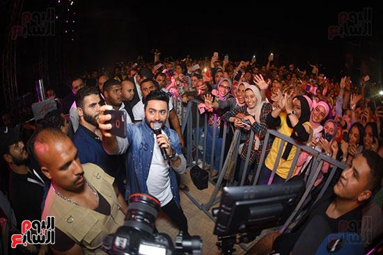 صور تامر حسنى يحيى حفلا فى جامعة بدر (2)