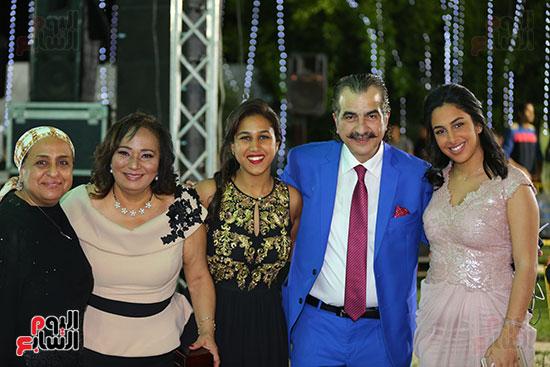 عصام شلتوت مع أفراد من العائلة
