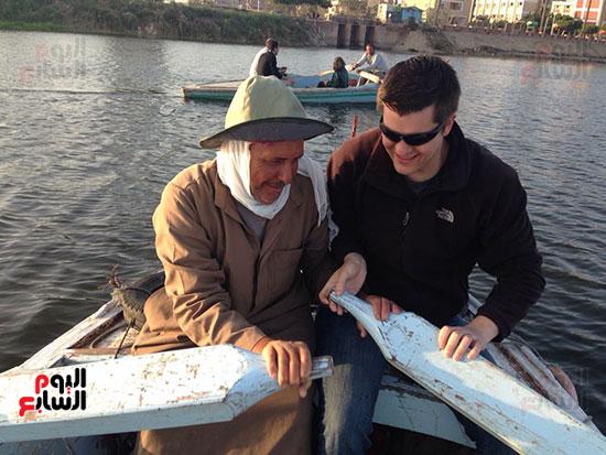 مشاركة سائح أمريكى للصيادين بالتجديف