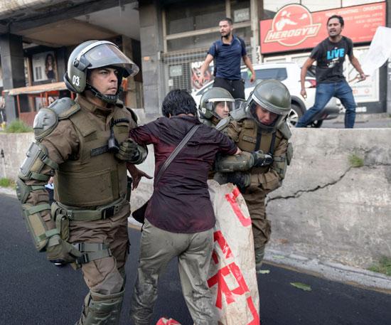 اعتقال أحد المحتجين