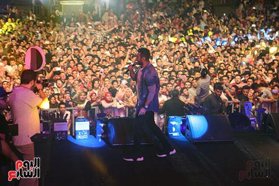 صور تامر حسنى يحيى حفلا فى جامعة بدر (23)