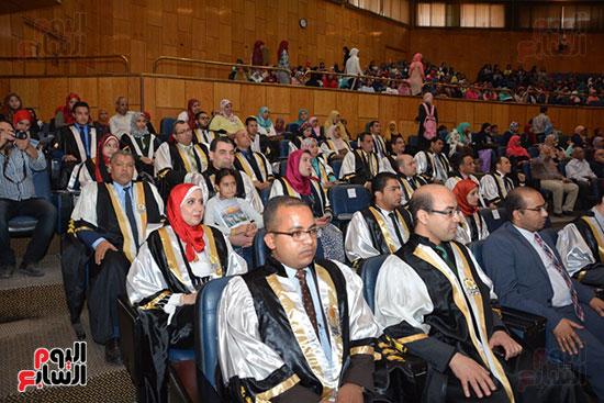 وزير التعليم العالى يكرم علماء جامعة أسيوط فى الاحتفال بعيد العلم (1)