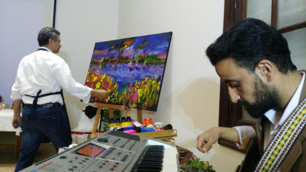3 الفنان طاهر عبد العظيم والموسيقار محمد نجلة أثناء تنفيذ اللوحة