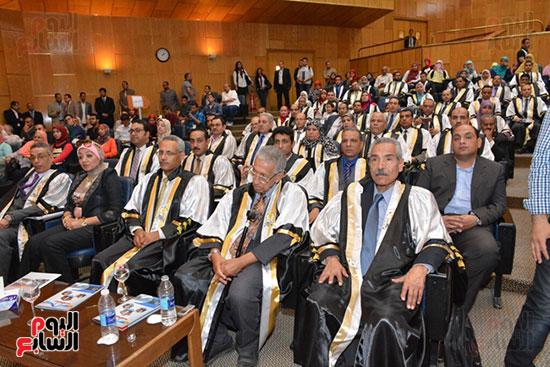 وزير التعليم العالى يكرم علماء جامعة أسيوط فى الاحتفال بعيد العلم (3)