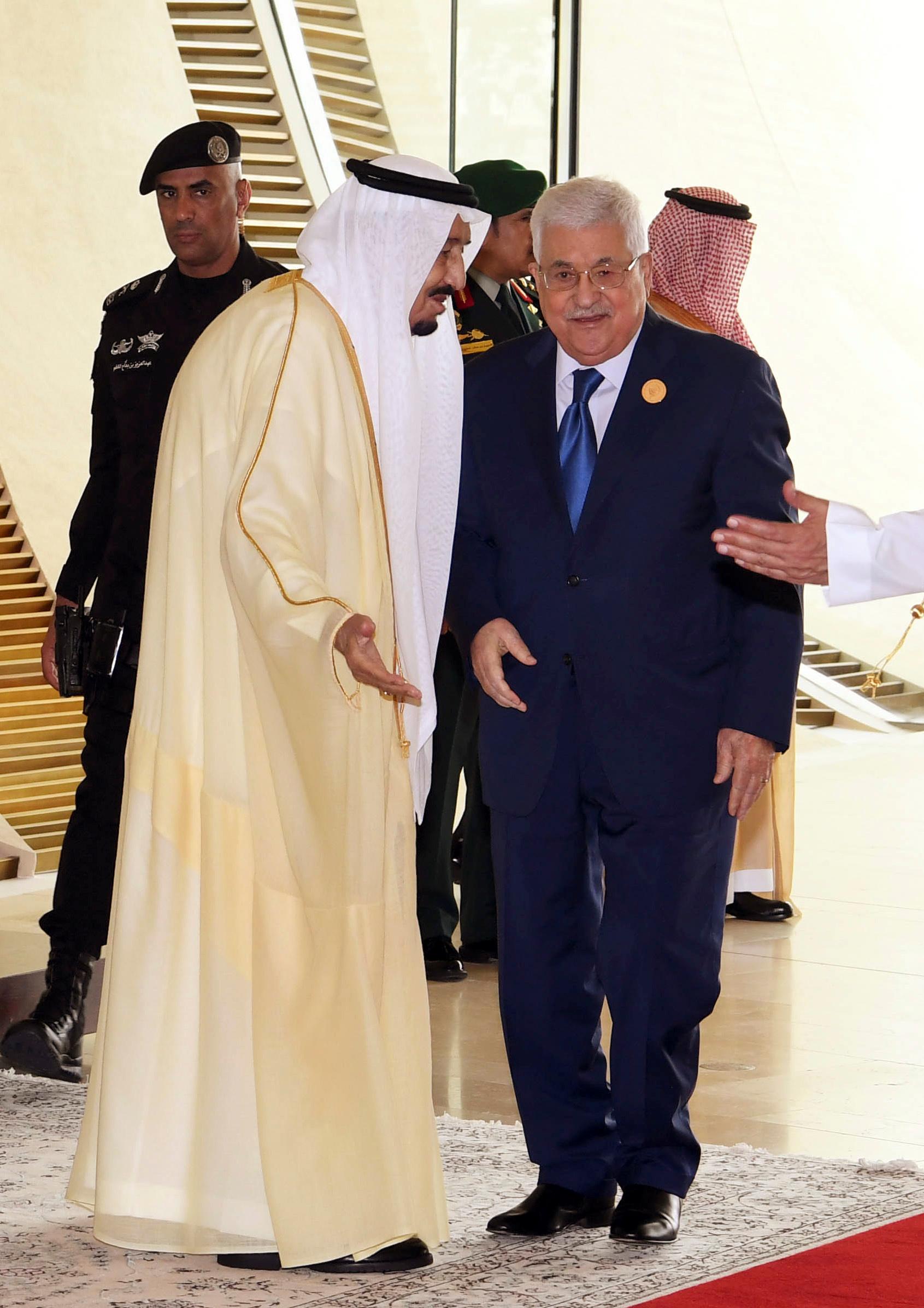 العاهل السعودى والرئيس الفلسطينى فى القمة العربية