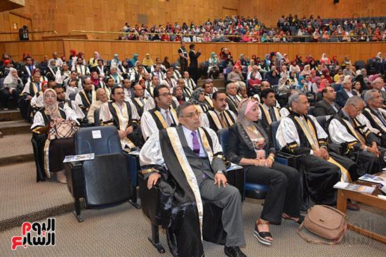 وزير التعليم العالى يكرم علماء جامعة أسيوط فى الاحتفال بعيد العلم (4)
