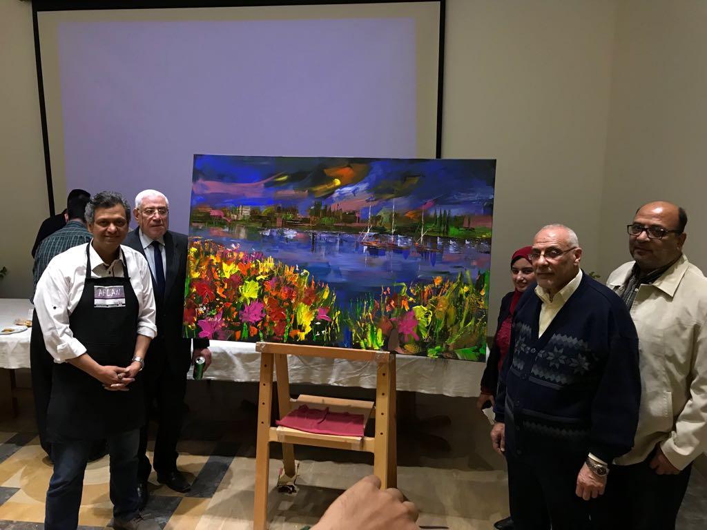 8 الفنان طاهر عبد العظيم بعد تنفيذ اللوحة