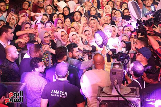 صور تامر حسنى يحيى حفلا فى جامعة بدر (25)