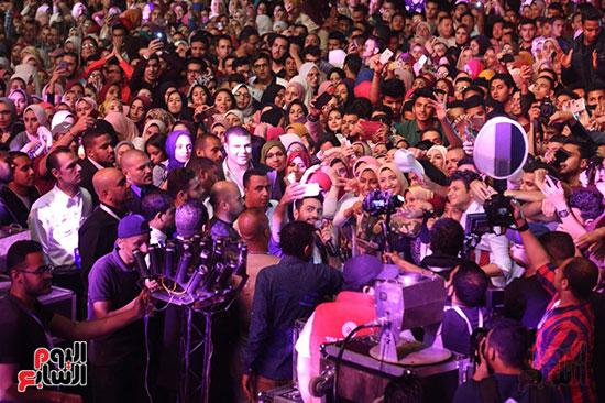 صور تامر حسنى يحيى حفلا فى جامعة بدر (26)