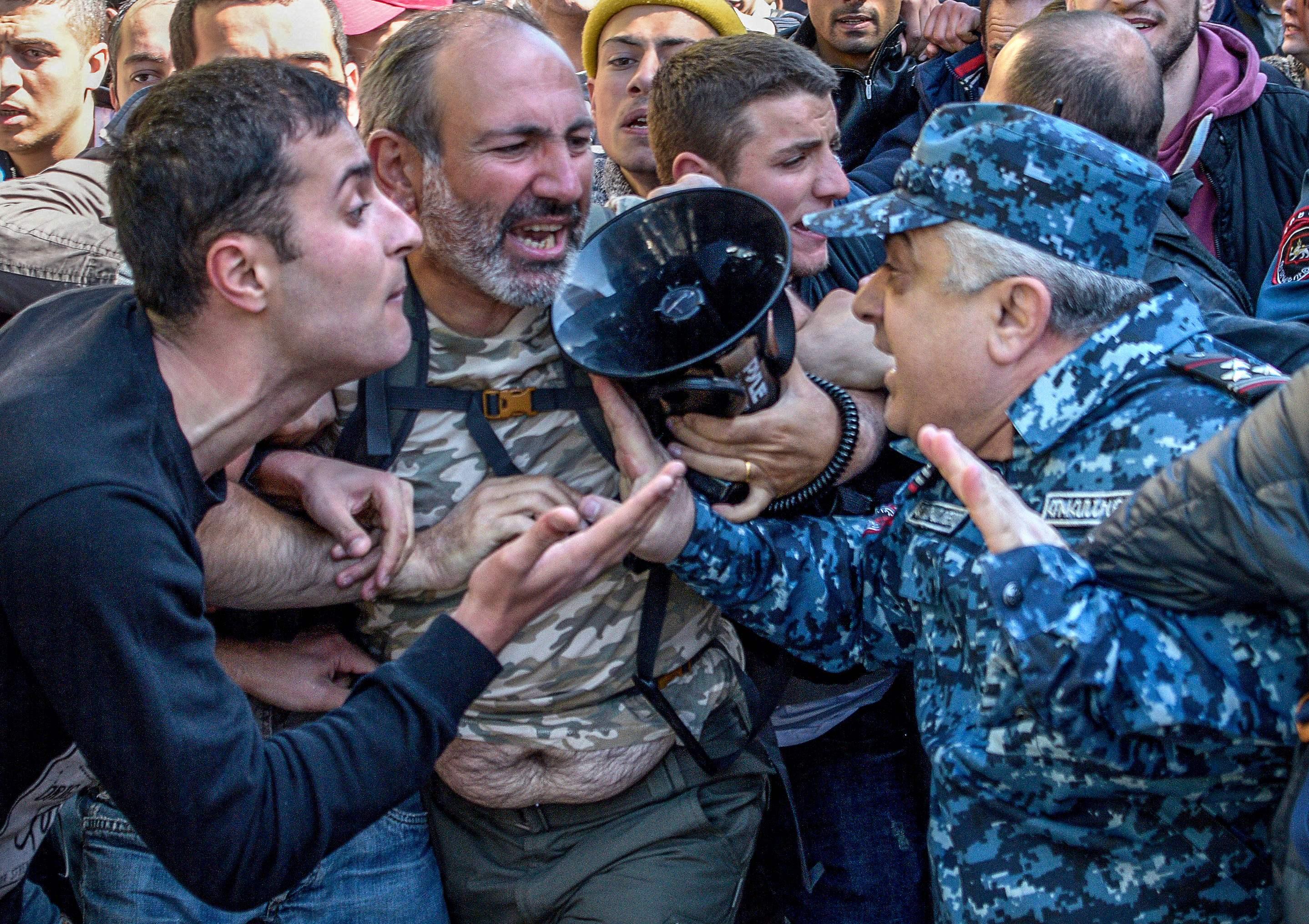 اشتباكات بين المحتجين وقوات الأمن