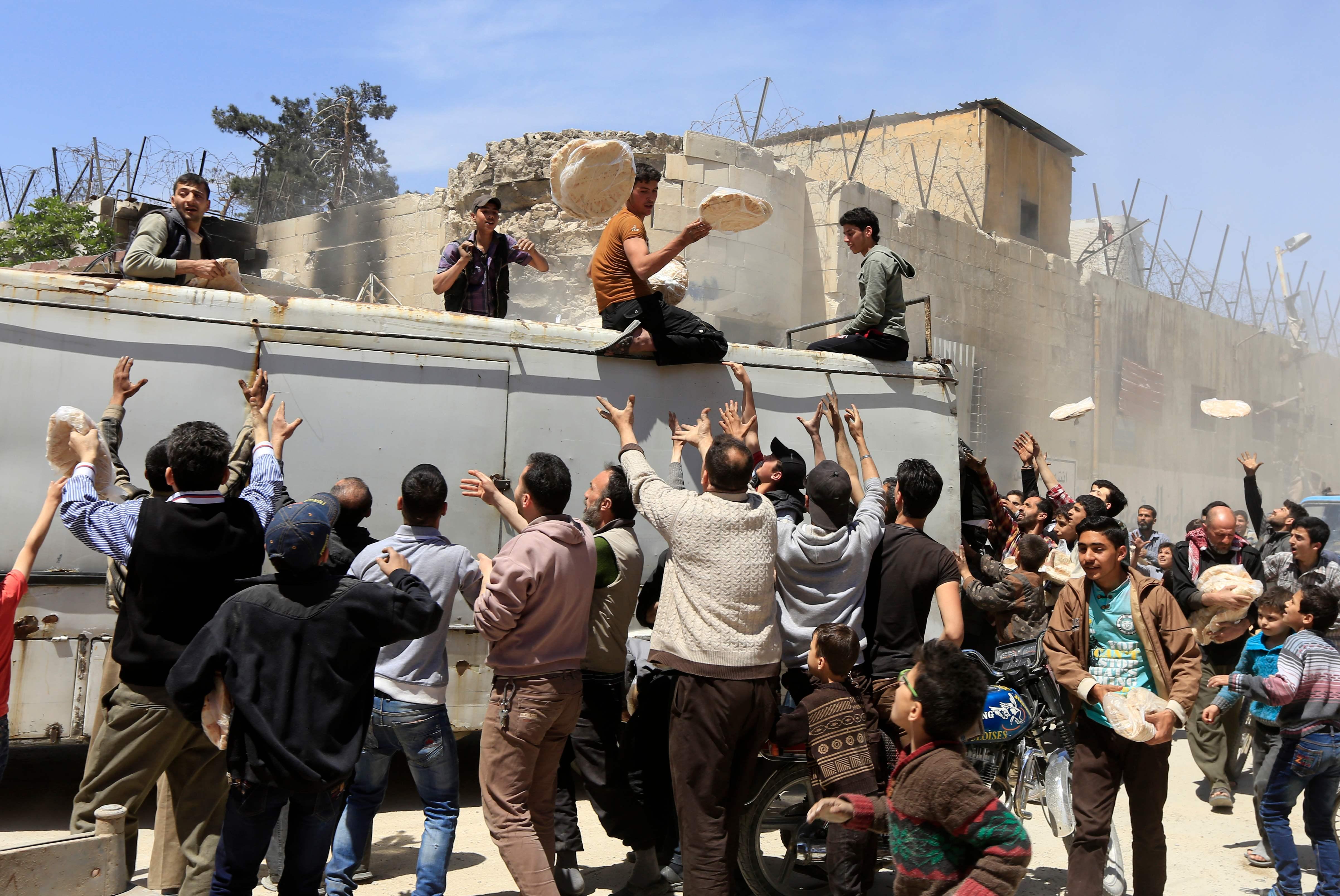 توزيع الخبز على اهالى سوريا