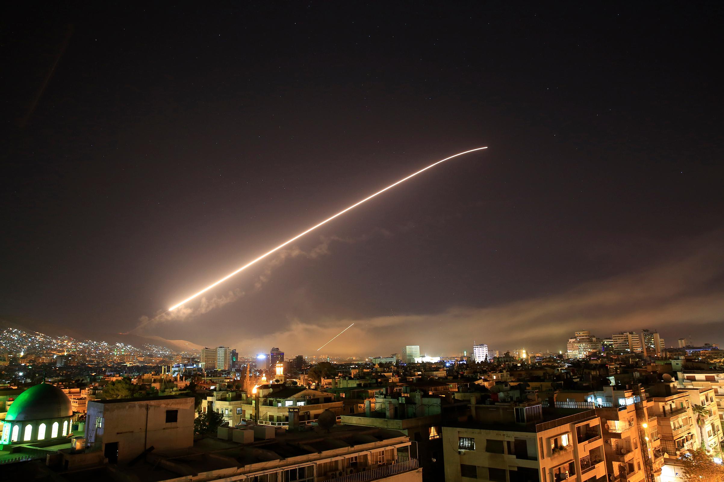 الغارات تضيء سماء دمشق