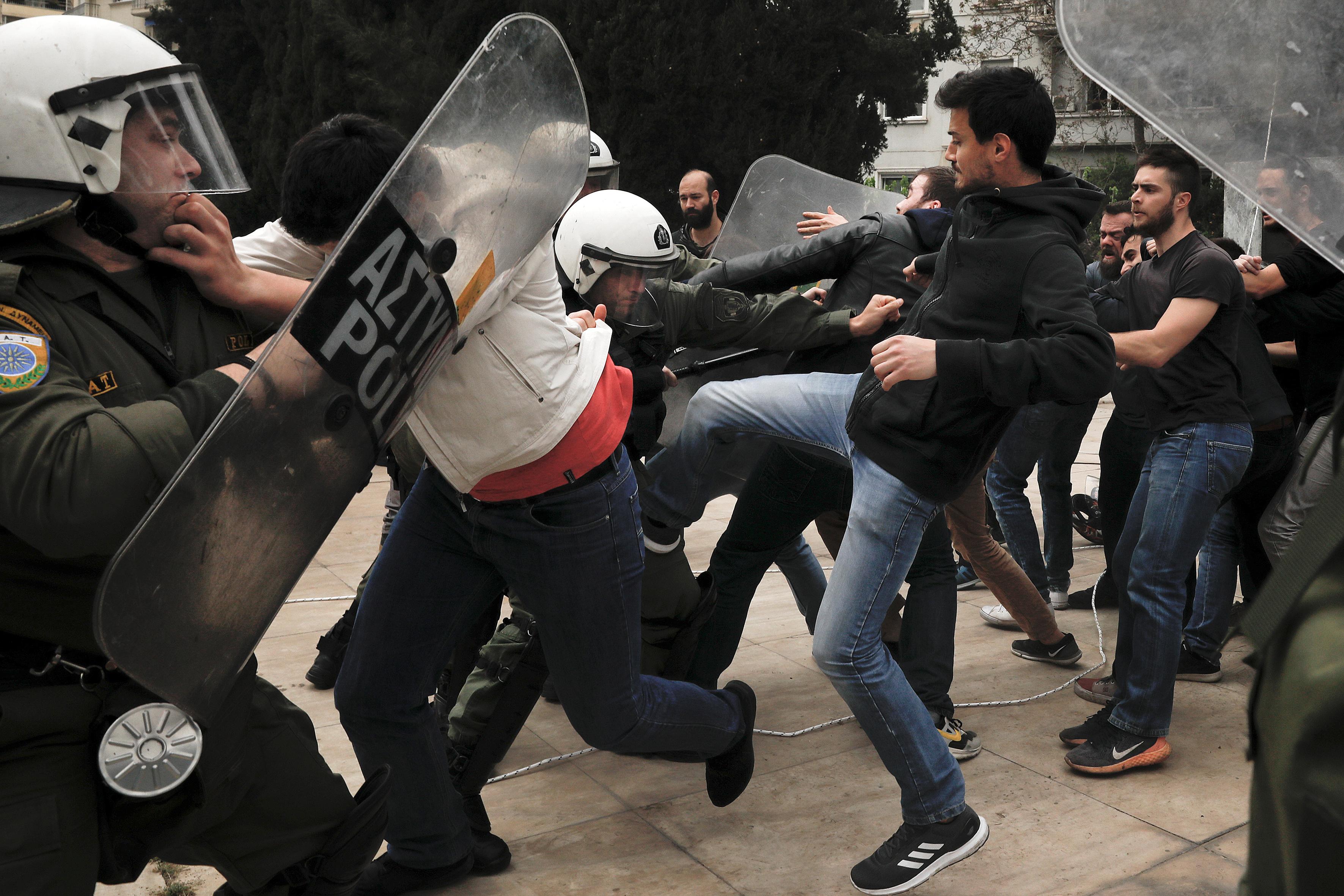 مواجهات بين الشرطة اليونانية ومحتجين