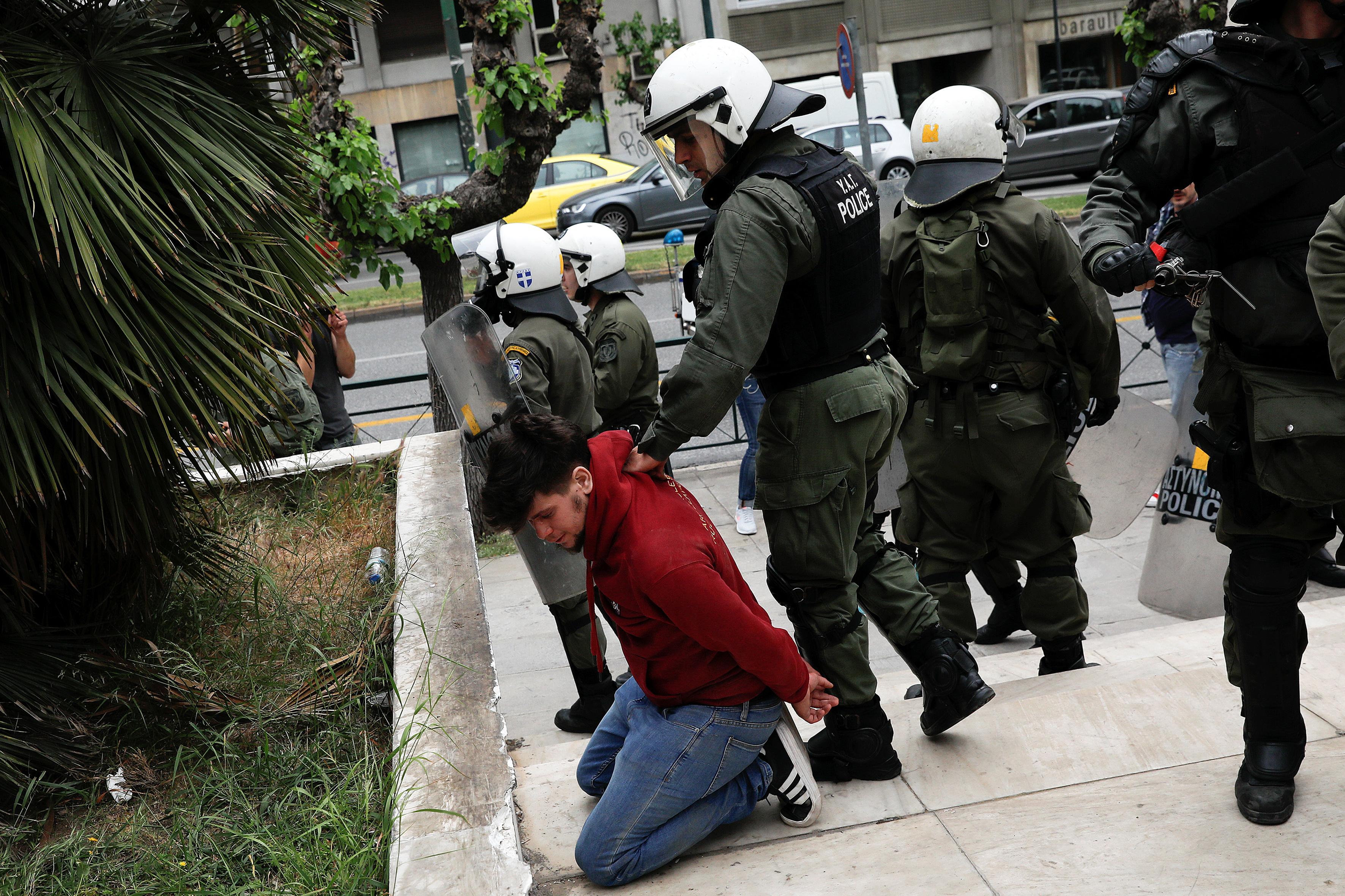 القبض على مواطن يونانى