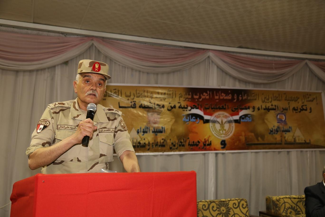 محافظ قنا ومدير جمعية المحاربين خلال حفل التكريم (20)