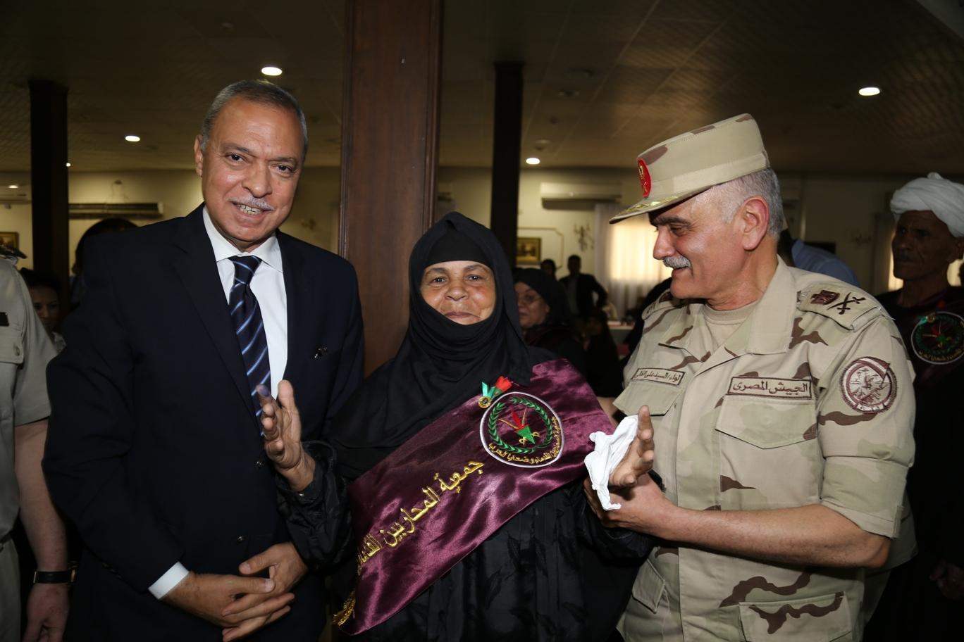 محافظ قنا ومدير جمعية المحاربين خلال حفل التكريم (12)