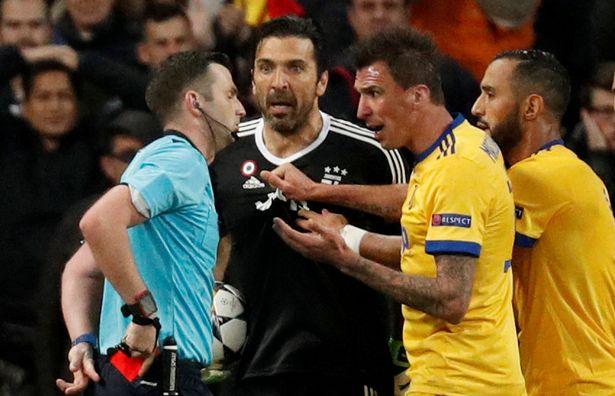 بوفون لحظة الطرد فى مباراة يوفنتوس وريال مدريد
