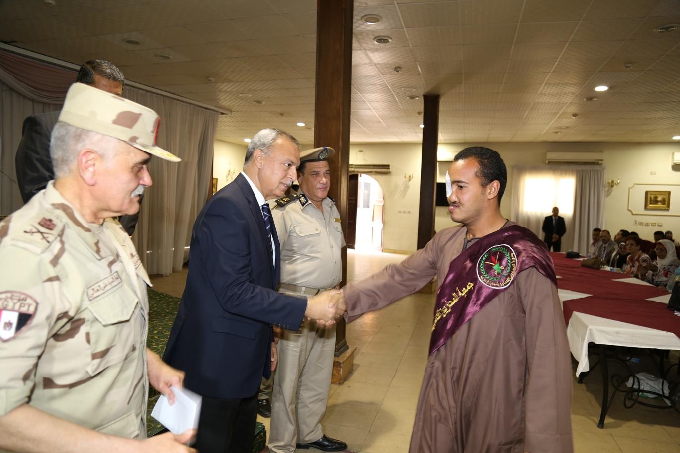 محافظ قنا ومدير جمعية المحاربين خلال حفل التكريم (9)