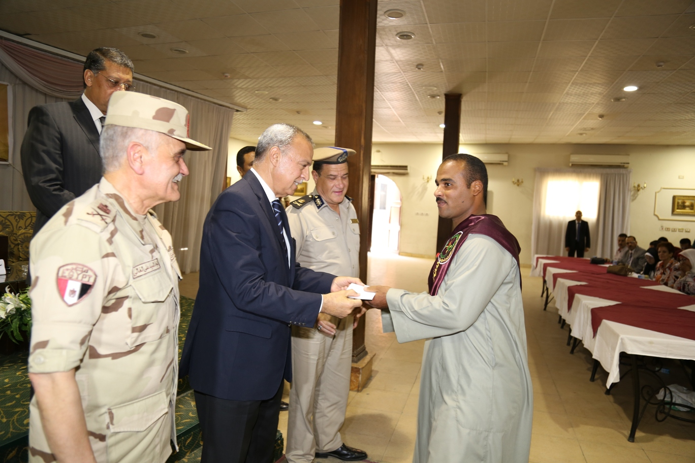 محافظ قنا ومدير جمعية المحاربين خلال حفل التكريم (10)