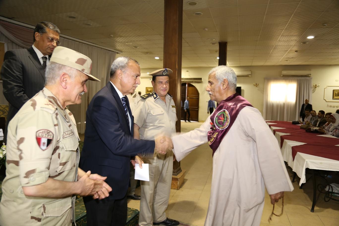 محافظ قنا ومدير جمعية المحاربين خلال حفل التكريم (11)
