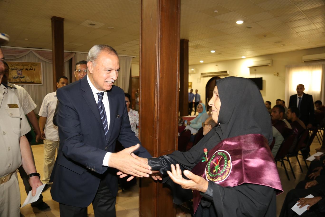 محافظ قنا ومدير جمعية المحاربين خلال حفل التكريم (13)