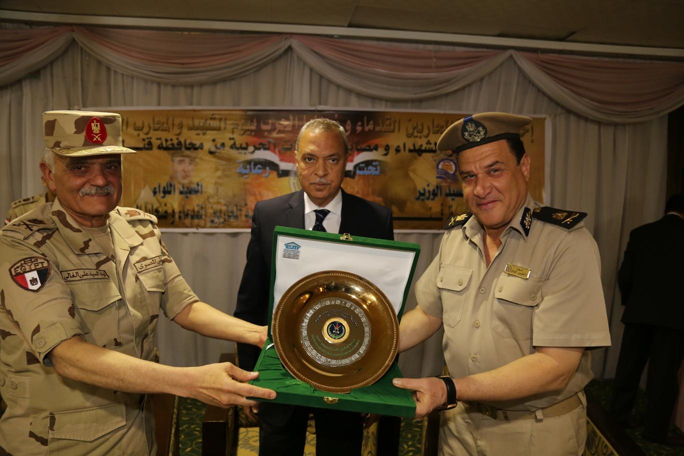 محافظ قنا ومدير جمعية المحاربين خلال حفل التكريم (6)