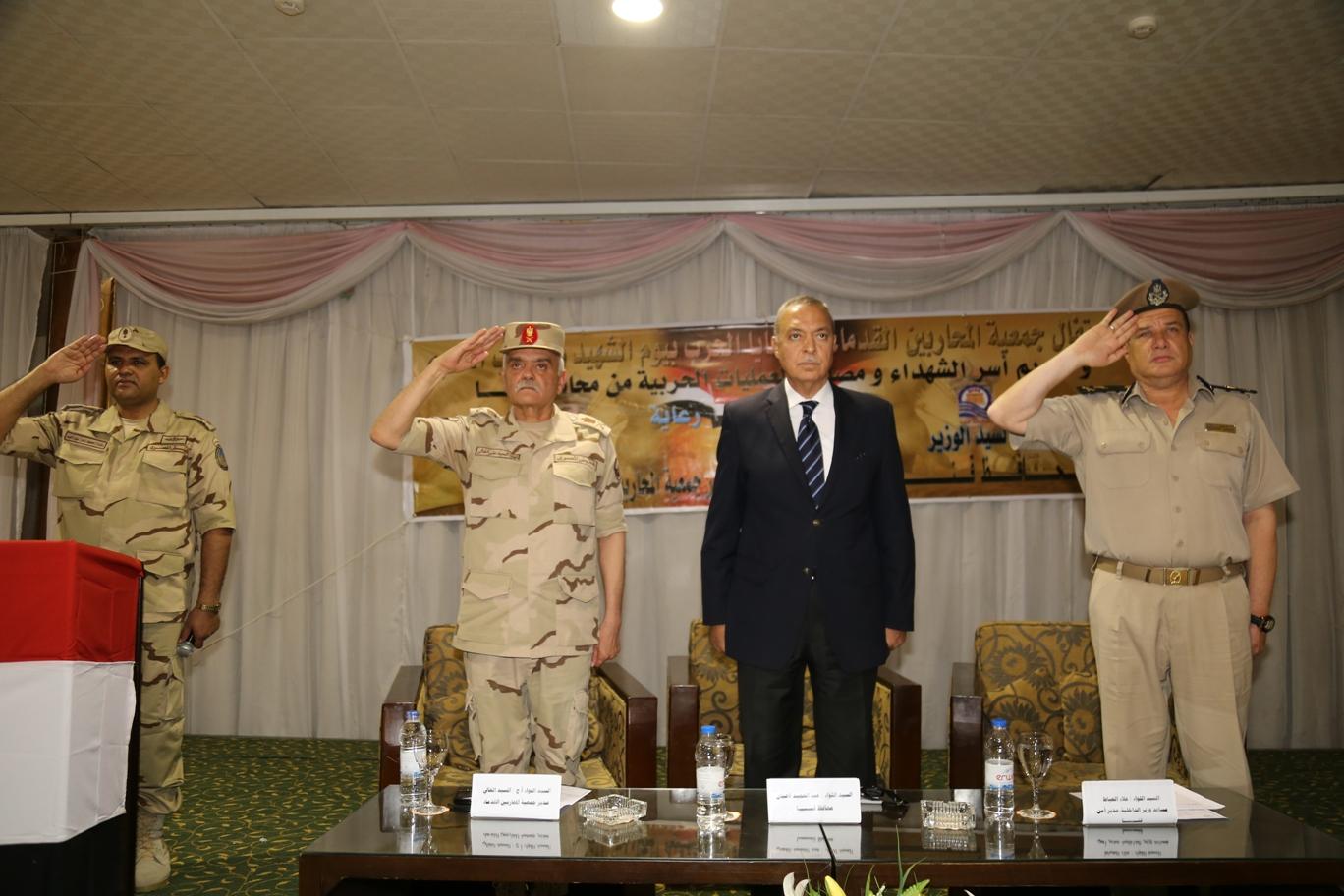 محافظ قنا ومدير جمعية المحاربين خلال حفل التكريم (14)