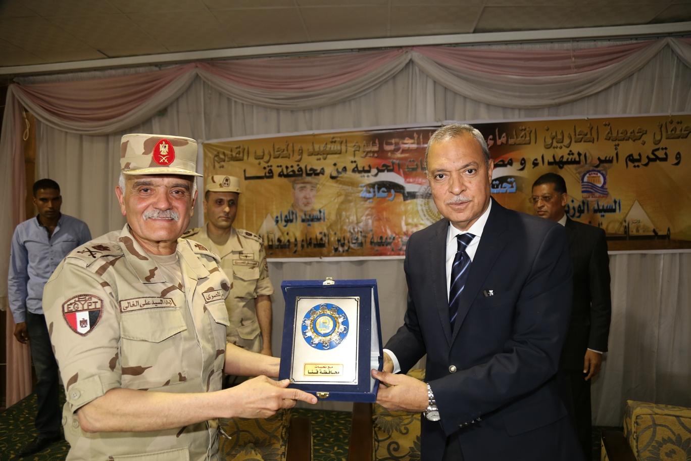محافظ قنا ومدير جمعية المحاربين خلال حفل التكريم (7)