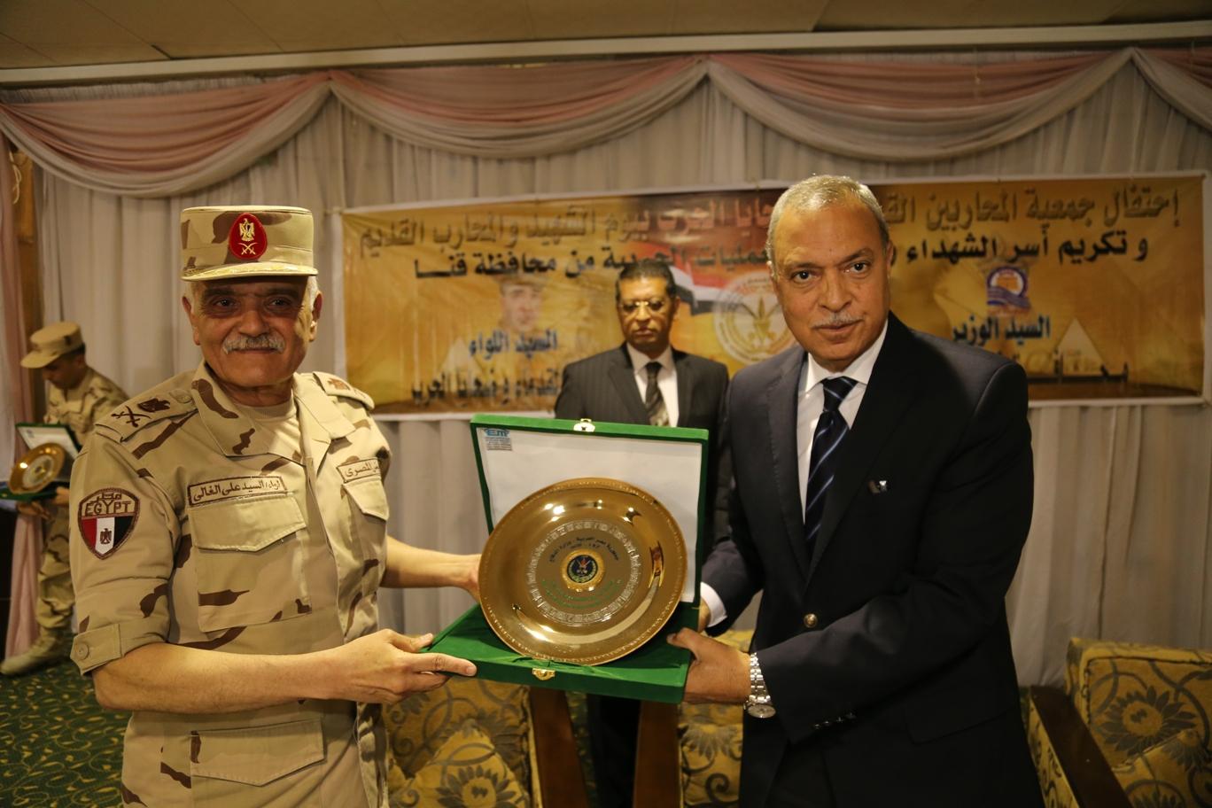 محافظ قنا ومدير جمعية المحاربين خلال حفل التكريم (5)