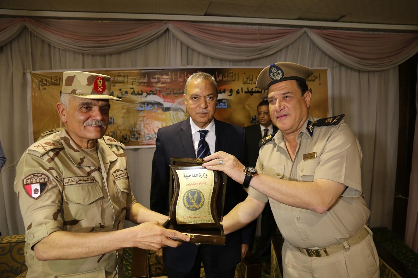 محافظ قنا ومدير جمعية المحاربين خلال حفل التكريم (8)