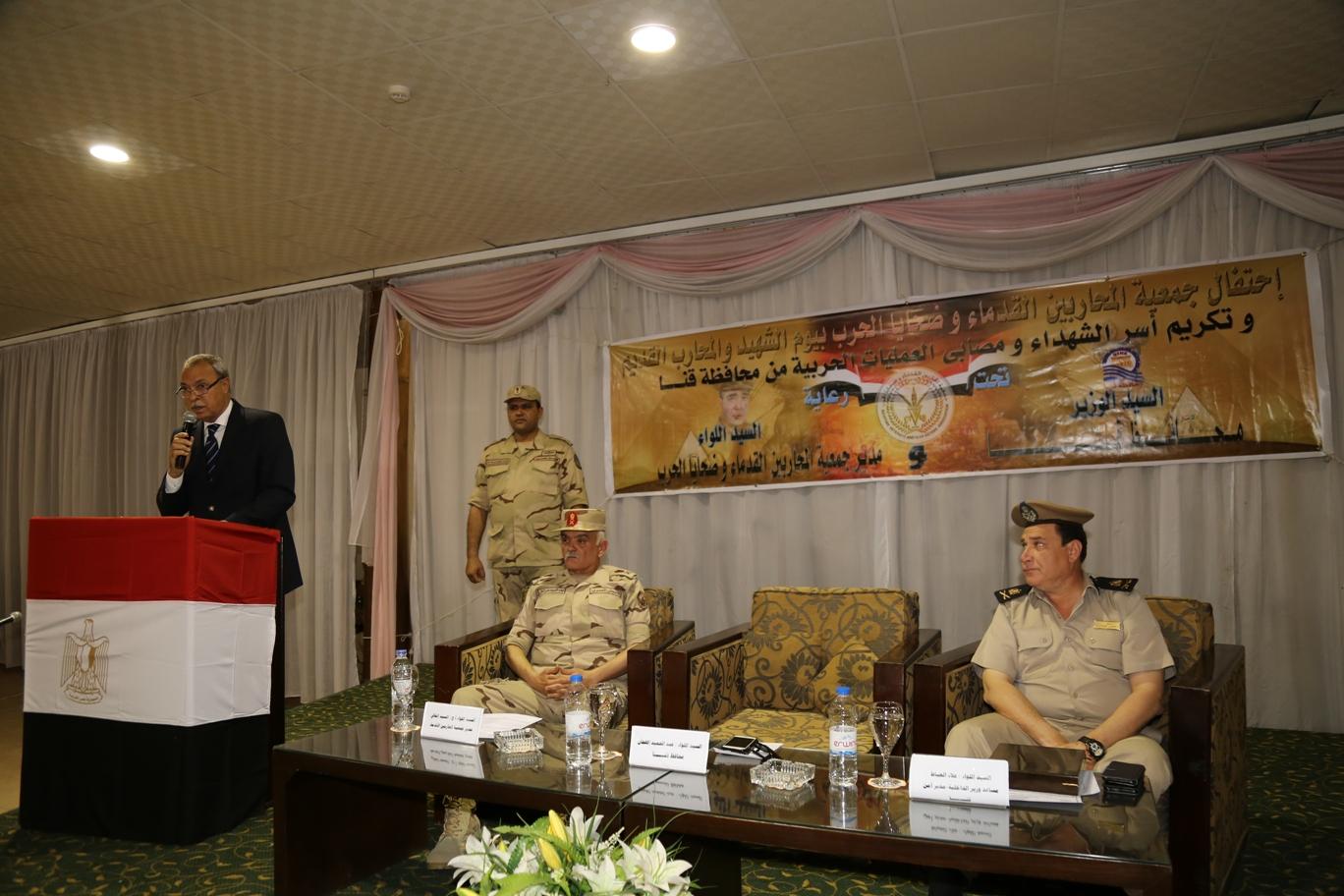 محافظ قنا ومدير جمعية المحاربين خلال حفل التكريم (2)