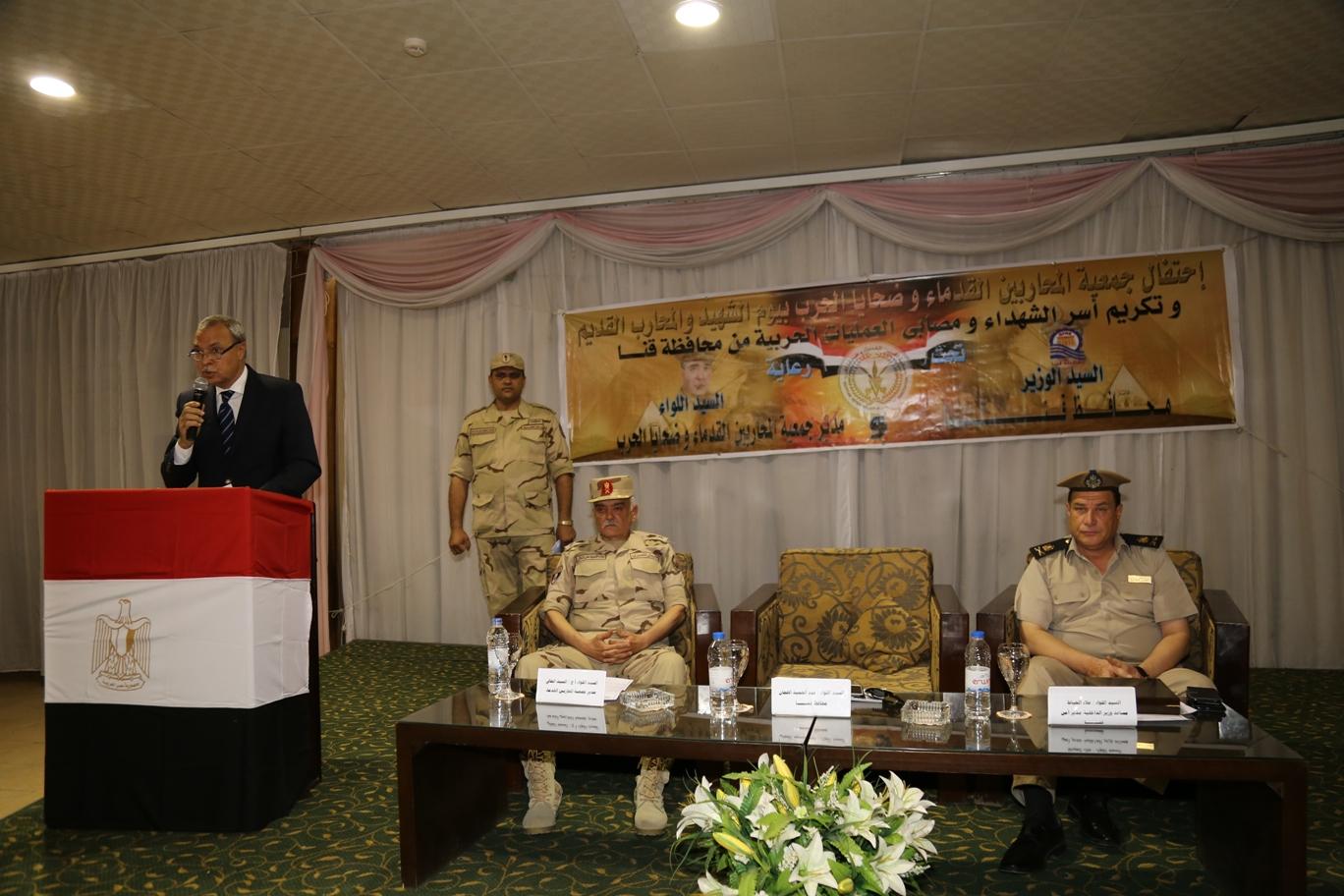 محافظ قنا ومدير جمعية المحاربين خلال حفل التكريم (3)