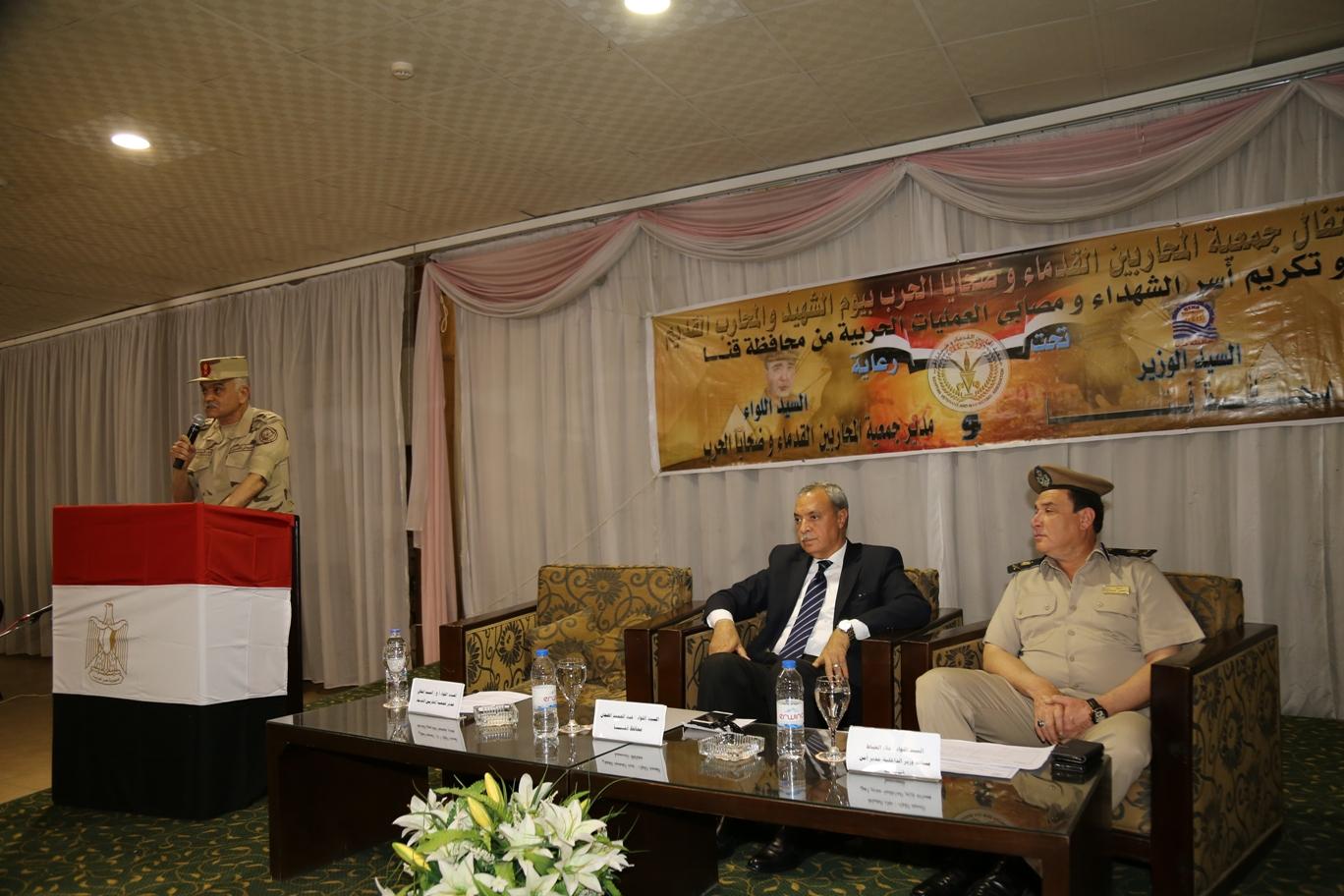 محافظ قنا ومدير جمعية المحاربين خلال حفل التكريم (1)