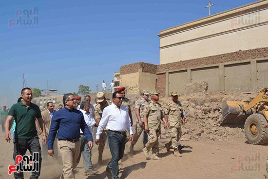 وزير الآثار ومحافظ الأقصر خلال متابعة أعمال الهندسية للقوات المسلحة بالطريق